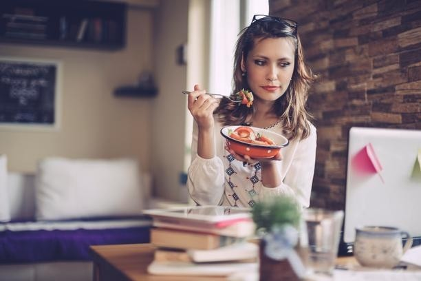 woman eating a healthy office lunch